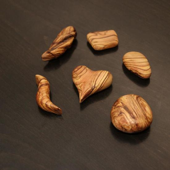 صورة تعليقات بسيطة من خشب الزيتون